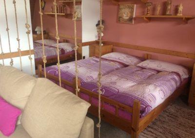 dvouluzkova postel soucasti hlavniho obyvaciho prostoru apartmanu bella vista vrchlabi
