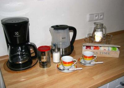 kuchynska linka s kavovarem a rychlovarnou konvici s salky na caj a kavu