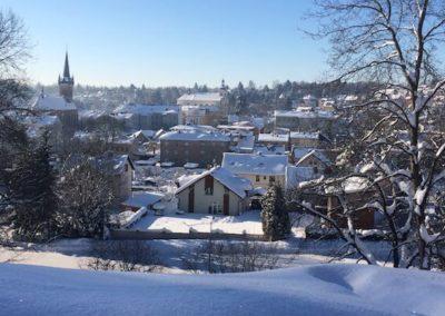 pohled na zasnezene mesto vrchlabi v zime z terasy ubytovani winter apartment